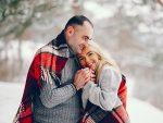 hombre y mujer vestidos de lana