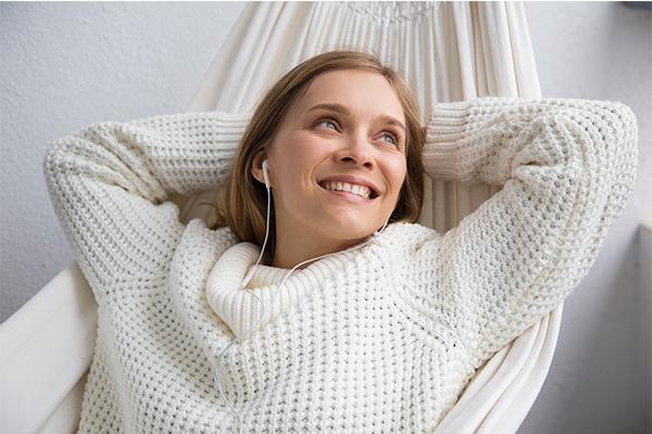mujer con jersey de lana