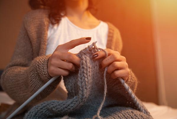 tejiendo un jersey de lana